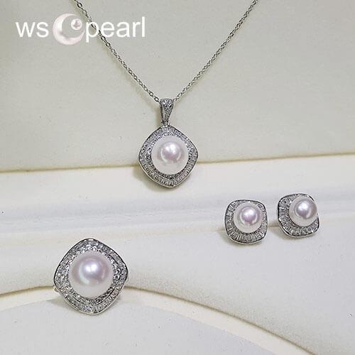 Bộ trang sức ngọc trai trắng với vẻ đẹp tinh tế tôn lên nét sang cho chủ nhân của nó.
